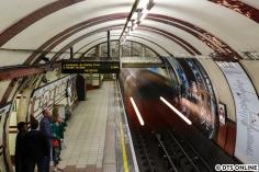 """Sehenswürdigkeiten dürfen nicht zu kurz kommen. Neben klassischen Touri-Zielen stand auch Hampstead auf dem Plan. Dieser Bahnhof der Northern Line ist der tiefste Bahnhof der Londoner U-Bahn. Hier fährt ein Zug nach Kennington via Charing Cross ein. Interessantes Detail bei der Northern Line ist, dass sie derzeit noch zwei Mittelabschnitte hat, die abwechselnd befahren werden. Das soll sich aber wohl """"bald"""" ändern."""