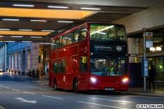 Über Ostern gab es umfangreiche Bauarbeiten mit Ersatzverkehren. Hier steht am DLR-Bahnhof Canary Wharf ein SEV-Bus bereit.