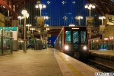 Oben bot sich dieses Bild. Die eigentlich fahrerlose Docklands Light Railway wurde aber die Tage über - jedenfalls abschnittsweise - im Ersatzbetrieb mit Fahrer gefahren.