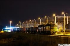 Auch die Güterzüge werden hier der Grenzkontrolle unterzogen, eine Doppellok vom Typ 2M62 steht mit abgeschaltetem Motor abends in Terespol.
