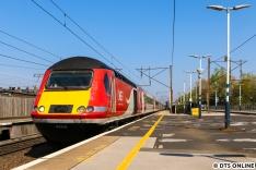 In Finsbury Park hielten wir einen HST von LNER fest. London North Eastern Railway hat diese Züge vom Typ IC 125 gerade kürzlich aus dem Dienst verabschiedet, und zwar mit einem Sonderzug in Farben des Auslieferungszustandes. Hut ab, das hatte Stil!