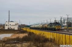 Selbe Doppellok, anderer Zug am nächsten Morgen. Das Gebäude links im Bild dient offenbar der Kontrolle der Fahrgäste, die nach Weißrussland einreisen möchten.