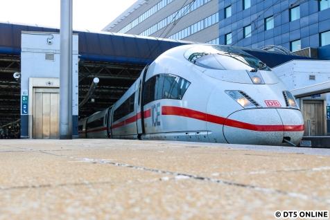 Zurück nach Deutschland ging es mit dem Eurostar. Dank Baustelle verpassten wir den ICE nach Köln planmäßig, sodass wir den Folgetakt nehmen durften. Dieser war mit 406 001 unterwegs, dem ICE, der wenige Wochen später einen blauen Streifen und den Namen Europa erhalten sollte. Hier steht er in Bruxelles Midi.