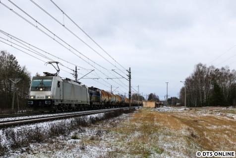 Es ging dann an die Strecke bei Dobrynka. Viel los war nicht, und zu allem Überfluss kam auch noch eine deutsche E-Lok als einziger Güterzug. Grüße zurück!