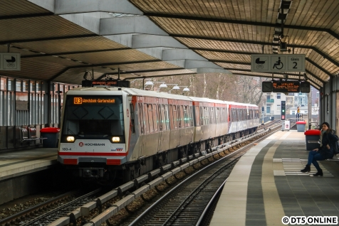 Kurz vor Toreschluss nutzte ich nochmal die Gelegenheit für 120m-Züge auf der U3. Ein Achtwagen-DT4 fährt gerade in die Haltestelle Dehnhaide ein. Wie zu U2-Zeiten, doch da hätte dieser Zug noch seine guten Fahrtzielbänder gehabt und keine LED-Anzeige...