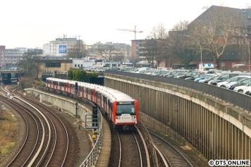 Neben zwei DT4-Umläufen waren auch zwei mit DT3 unterwegs. Ein 9-Wagen-Zug frisch ertüchtigter DT3 verließ soeben die Hst Berliner Tor.