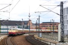 Im Mai machte die AKE E10 1309 Rundfahrten durch Berlin. Hier erreicht sie den Berliner Hauptbahnhof vor Kulisse des Fernsehturms.