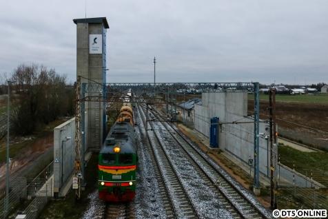 Es ging zurück nach Terespol, da sahen wir aus dem Auto eine M62. Hier durchfährt sie mit ihrem Zug eine Anlage, die wohl der Untersuchung der Züge, oder jedenfalls Erfassung der Wagennummern dient.