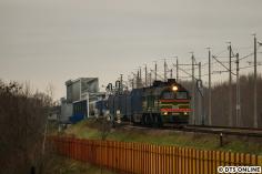 Schließlich konnten wir das geplante Motiv umsetzen: 2M62 an der Grenzbrücke. Der gelbe Zaun stellt eine Art Grenzzaun dar, er befindet sich ab dem Bahnhof Terespol an der Bahnstrecke. Die Brücke überwindet den Grenzfluss zwischen Polen und Weißrussland.