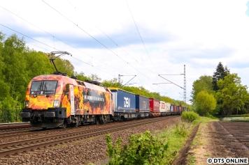 Immer wieder sind Werbeloks im Hamburger Raum unterwegs. Zu einem der beliebtesten Loks dürfte der Feuertaurus zählen, die 182 572 von MRCE, die für die Firma TX Logistik unterwegs ist. Ihre Werbeloks sind ziemlich präsent auf der Schiene...