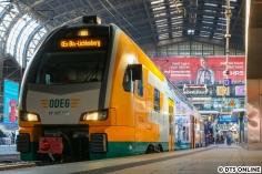 Am Abend hielt ich den OEx nach Berlin-Lichtenberg im Hauptbahnhof fest. Da die Zugspitze vom Südsteg verdunkelt wurde, waren die Lichtverhältnisse gar nicht so günstig.