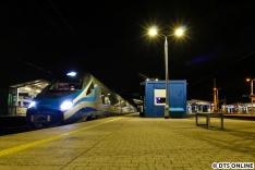 Nachdem das zweite Hotel bezogen wurde, ging es mit den öffentlichen Verkehrsmitteln weiter. Ein Pendolino abends im Bahnhof W-Wa Wschodnia, zu deutsch etwa Warschau Ostbahnhof.