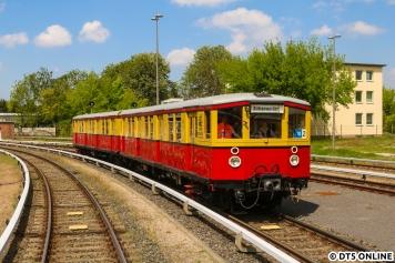 Am Wochenende präsentierte sich der Verein Historische S-Bahn (HiSB) in Erkner in bester Sonne. 475 605 rückte von einer Vorführfahrt wieder ins Bw ein.