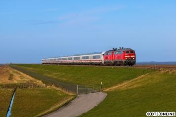 Was ist besser als eine 218? Richtig: Zwei. Hier erreicht die 218 397 mit einer Schwestermaschine gerade von Sylt kommend das Festland.