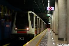 Leider etwas unterirdisch dunkel waren die Aufnahmen im Grenzbereich der Technik im polnischen Untergrund: Eine Metro der LInie M2 vom Typ Siemens Inspiro (selbe Plattform wie der Münchener C2-Zug) in der Station Centrum Nauki Kopernik.