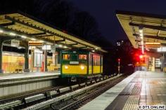 Auch Geschichte sind solche Fotos: Alle vier T-Wagen stehen dem U-Bahn-Betrieb derzeit aus verschiedensten Gründen nicht zur Verfügung. Und der hier zu sehende T-Wagen 220 darf seit einer Dienstanweisung im November auch nicht mehr ohne einen zweiten Wagen fahren. Nach gut hundert Jahren also Schluss mit 1-Wagen-Zügen... Schade!