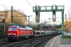 Mein erstes Bild einer arbeitenden Ludmilla entstand eines Nachmittags in Harburg. Die 232 280 von DB Cargo zieht hier einen leeren Autozug aus Cuxhaven nach Maschen.