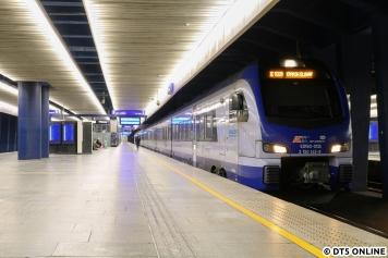 Nächstes Ziel war der Warschauer Hauptbahnhof, wo dieser achtteilige Stadler Flirt 3 als PKP-Intercity stand.