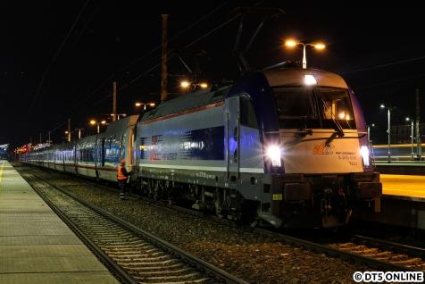 Ziel des Abends war der Euronight von Moskau nach Berlin. Der Zug macht in W-wa Wschodnia Kopf. PS: Ja eigentlich bezeichnet man nur die ÖBB-Loks dieses Typs als Taurus. Aber das ist ohnehin eine Glaubensfrage.