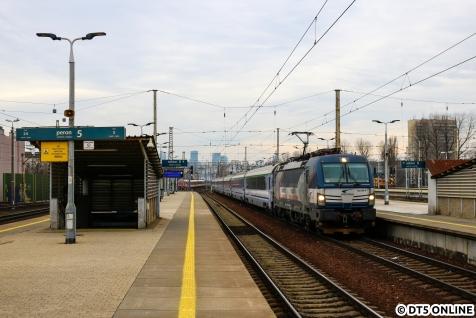 Danach eilten wir zum Ostbahnhof, um den EC aus Deutschland zu fotografieren, welcher mit einer Leihlok bespannt war. Zum Einsatz kam ein slowakischer ZSSK-Vectron. Dem Vernehmen nach ist dieser Einsatz aber bereits vorbei.
