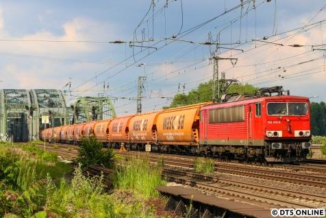 DB Cargo setzt seit Dezember planmäßig keine Loks der BR 155 ein. Hier zieht die 155 013 diverse Wascosa-Wagen über die Elbbrücken gen Harburg.